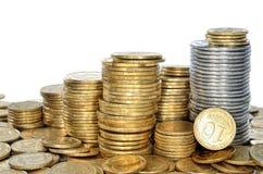 许多黄色和白合金硬币银行  现金特写镜头 免版税图库摄影