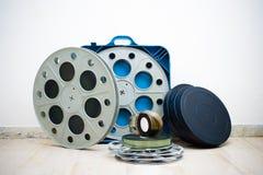 许多35 mm戏院与箱子的电影卷轴 库存照片
