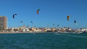 许多Kitesurfers在一个晴天在西班牙,肋前缘的Brava,在镇Palamos附近 影视素材