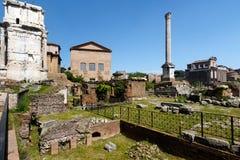论坛在罗马有天空蔚蓝背景 库存照片