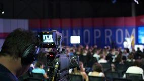 论坛的人们关于业务发展 观众 霍尔是充分的 类的演讲人说关于事务和 股票视频