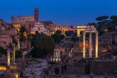 论坛罗马斗兽场在罗马市在晚上 免版税库存照片
