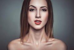 讽刺美丽的可爱的深色的妇女魅力画象  免版税库存照片