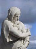 讽喻冬天雕象反对天空的 库存照片