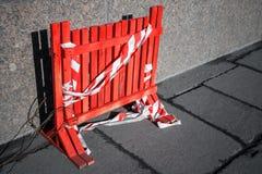 建设中区域边界的红色篱芭 免版税库存照片