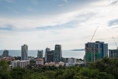 建设中大厦在开发的城市在芭达亚,泰国 免版税库存照片