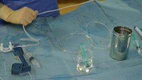 设备为心脏手术做准备护士的手 股票视频