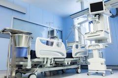 设备和医疗设备在现代重症监护病房 库存照片