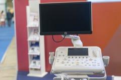 设备和医疗设备迷离在现代手术室作为与艺术照明设备和蓝色过滤器 被弄脏的医疗设备 库存照片