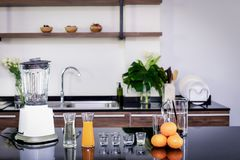 设备和原料做的橙汁过去,搅拌器,搅拌器,投手,桔子,橙汁过去,盐糖浆,被安排在 免版税图库摄影
