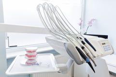 设备和牙齿仪器在牙医的办公室 清洗牙 免版税图库摄影