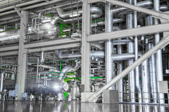 设备和管道系统如被找到在工业热力里面 免版税库存图片