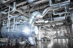设备和管道系统如被找到在工业热力里面 库存图片