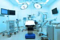 设备和医疗设备在现代手术室采取与艺术照明设备和蓝色过滤器 免版税库存图片