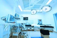 设备和医疗设备在现代手术室采取与艺术照明设备和蓝色过滤器 免版税库存照片
