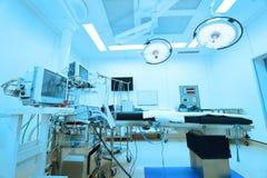 设备和医疗设备在现代手术室采取与艺术照明设备和蓝色过滤器 库存图片