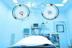 设备和医疗设备在现代手术室采取与艺术照明设备和蓝色过滤器 图库摄影