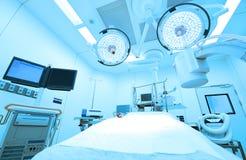 设备和医疗设备在现代手术室采取与艺术照明设备和蓝色过滤器 库存照片