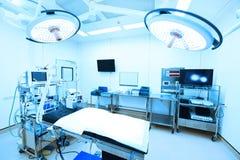 设备和医疗设备在现代手术室 免版税库存图片