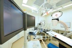 设备和医疗设备在现代手术室 库存图片