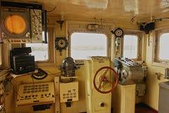设备在一艘老船的驾驶舱内 库存照片