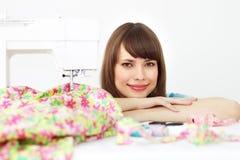 设备最近的缝合的妇女年轻人 免版税库存照片