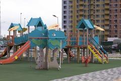 设备现代操场 围场的现代五颜六色的孩子操场在公园 免版税库存照片