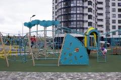 设备现代操场 围场的现代五颜六色的孩子操场在公园 免版税库存图片