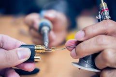 设备的修理和调整在桌上 库存照片
