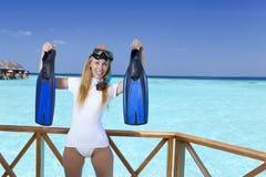 设备的年轻俏丽的妇女一潜航的在海的sundeck 马尔代夫 免版税库存照片
