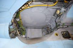 设备的开放隔间在战斗机 Su35战斗机 在显示观众的机场的航空器 免版税库存图片
