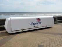 设备的救生员容器在Bridlington英国的海滨人行道 库存图片