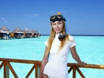 设备的年轻俏丽的妇女一潜航的在海的sundeck 马尔代夫 免版税库存图片