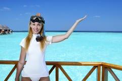 设备的年轻俏丽的妇女一潜航的在海的sundeck 马尔代夫 库存图片