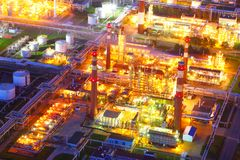 设备行业最新的石油精炼区域 行业工厂 猬 库存照片