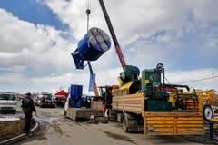设备装货在农业陈列的 免版税库存照片