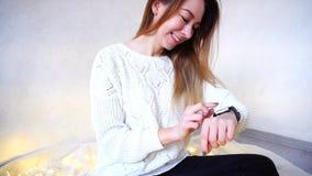 设定巧妙的手表为以后使用迷人的妇女的画象  免版税库存照片