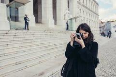 设定日落/日出日志曝光的年轻热心女性摄影师轻量级碳旅行三脚架仍然射击了 图库摄影