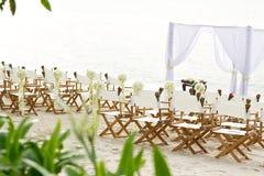 设定椅子海滩婚礼地点 库存照片