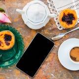 设想用早晨咖啡和蛋糕Pasteis de nata,从葡萄牙的典型的酥皮点心自然大理石表面上 免版税图库摄影
