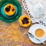 设想用早晨咖啡和蛋糕Pasteis de nata,从葡萄牙的典型的酥皮点心自然大理石表面上 免版税库存图片