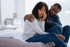 设法亲切的爱恋的人解决在关系的一个问题 库存照片