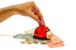 设法唯一男性的手放林吉特马来西亚货币入la 免版税库存图片