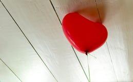 设法唯一红色的气球逃脱 免版税图库摄影