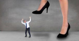 设法大笔生意的妇女跨步在一个小企业人 库存照片