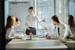 设法宜人的上司解决在雇员之间的冲突 免版税图库摄影