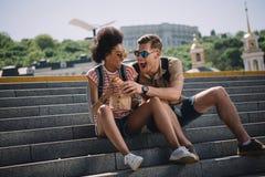 设法年轻男性的旅客吃女朋友 库存图片