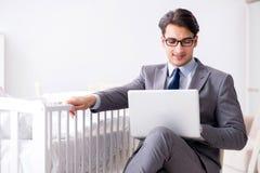 设法年轻的商人从家庭关心工作在新出生以后 库存图片