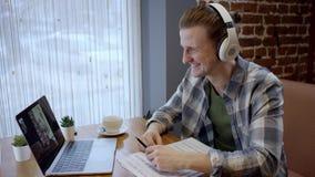 设法接近的观点的一个hapy年轻的吉他弹奏者组成他在一个离开的咖啡馆duting的咖啡休息的新的歌曲 享用 股票视频