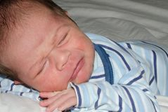 设法模糊的婴孩睡着,哭泣,哀伤的面孔expresion 图库摄影